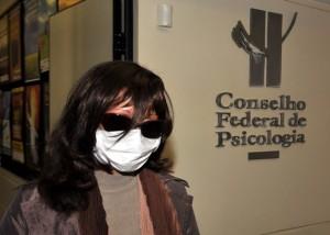 Temendo represálias, a psicóloga Rozângela Justino escondeu seu rosto