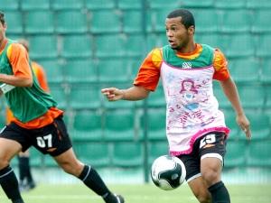 """O meia Jairo, primeiro jogador do Figueirense a ser """"punido"""" com o vestido rosa"""