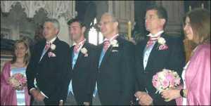 O casamento tradicional dos pastores anglicanos Peter Cowell e David Lord (centro, entre seus padrinhos e madrinhas)